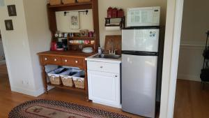 A kitchen or kitchenette at Cougar Canyon Cottage