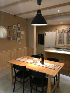A restaurant or other place to eat at Stathis Home
