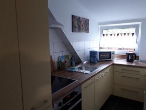 A kitchen or kitchenette at Sarah´s Klein aber fein