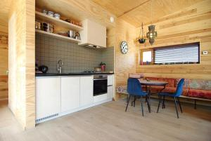A kitchen or kitchenette at Freelodge - City & Nature