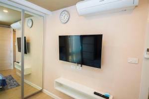A television and/or entertainment center at Seven Seas Resort Pattaya