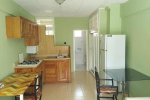 A kitchen or kitchenette at Cool Green