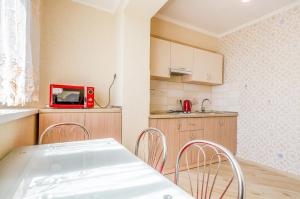A kitchen or kitchenette at Apartment on 16А Obolonskyi Avenue