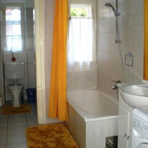 A bathroom at Ferienwohnungen Dr. Neubert