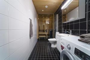 Kylpyhuone majoituspaikassa JHO Premium Apartments