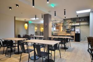 Um restaurante ou outro lugar para comer em Spot Apartments Trindade