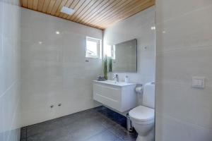 A bathroom at Mereranna Puhkemajad