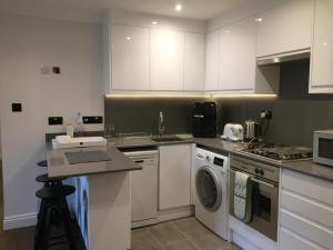 A kitchen or kitchenette at Lexham Gardens Lodge 5