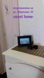 """Телевизор и/или развлекательный центр в Апартаменты на ул. Оборонной, 30 """"SWEET HOME"""""""