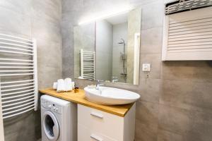 A bathroom at City Lights Topolowa 48