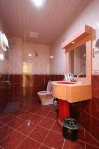 A bathroom at Raoum Inn Hail