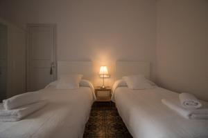 Una cama o camas en una habitación de RC Apartaments Girona Llebre