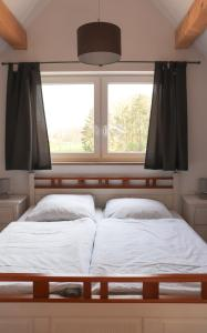 A bed or beds in a room at Ferienhaus am Alfsee