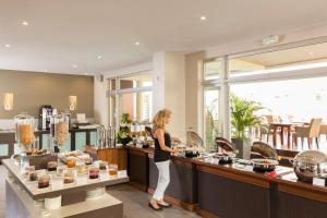 A restaurant or other place to eat at Hilton Noumea La Promenade Residences