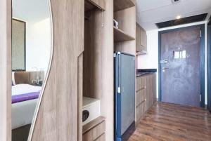 A kitchen or kitchenette at The Beach Apartment