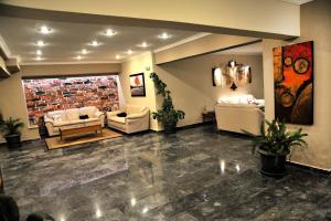 De lobby of receptie bij Santa Marina Hotel Apartments