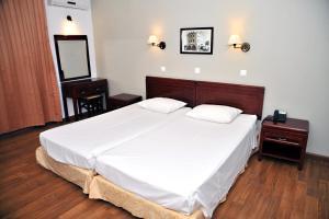 Een bed of bedden in een kamer bij Santa Marina Hotel Apartments