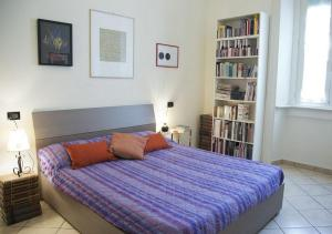 A bed or beds in a room at Monolocale Via Nino Oxilia