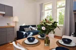 Uma área de estar em Charming Apartment Near Beautiful Park