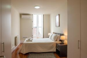 A bed or beds in a room at Chiado Apartments