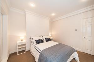 A bed or beds in a room at Bedfordbury - Welcome at Home