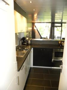 A kitchen or kitchenette at Bungalows Bospark te Stramproy
