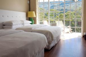 A bed or beds in a room at Luxe Wilderness