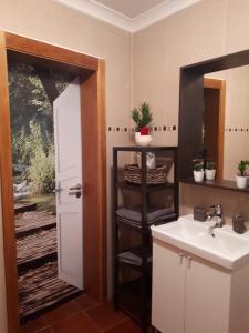 A bathroom at Alojamento JCP