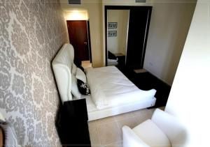 A bed or beds in a room at Furnished Rentals - Elite Residence Tower, Dubai Marina