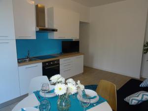 A kitchen or kitchenette at Affittimoderni Milano Azure