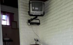 Uma TV ou centro de entretenimento em Chalés Picharro