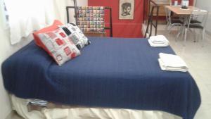 Una cama o camas en una habitación de WAYRA TAKI (Canción del Viento)