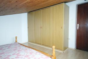 A bed or beds in a room at Apartment Kampor 5064a