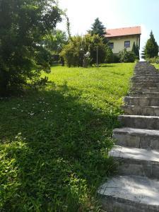 A garden outside Kuća Za Odmor Barbara