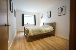 سرير أو أسرّة في غرفة في Perfectly located stunning apartment