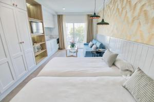 A bed or beds in a room at Los Olivos Beach Resort