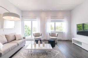 A seating area at Parc Avenue Residences