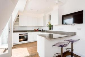 A kitchen or kitchenette at Craven Hill Gardens