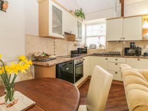 A kitchen or kitchenette at The Farm Cottage @ The Stables, Caernarfon