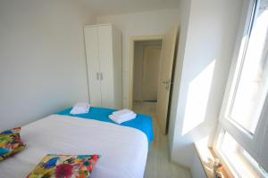 A bed or beds in a room at Gold Town Split Apartments