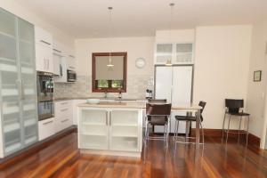 A kitchen or kitchenette at The Jetty House