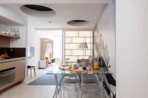 A kitchen or kitchenette at Eric Vökel Boutique Apartments - Hamburg Suites