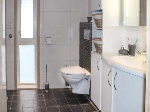 Bathroom sa Two-Bedroom Holiday Home in Vangsnes