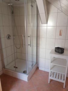 Ein Badezimmer in der Unterkunft Pension Dresdener Berge