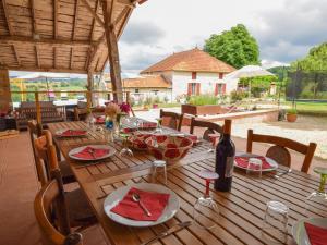 Restaurant ou autre lieu de restauration dans l'établissement Spacious holiday home in Castelmoron-sur-Lot with Garden
