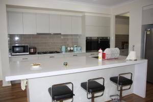 A kitchen or kitchenette at Happy Cozy House