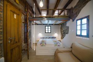 เตียงในห้องที่ Traditional Piran studio