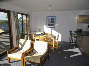 A restaurant or other place to eat at Orford Prosser Holiday Units