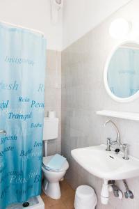 A bathroom at Lefka Ori