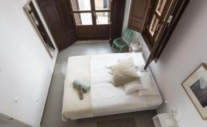 A bed or beds in a room at Apartamentos Málaga Picasso